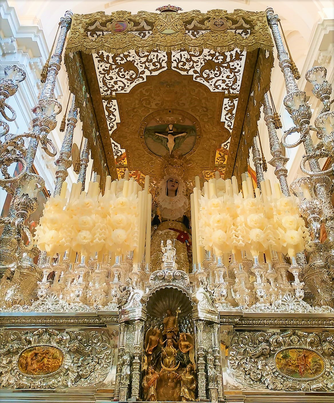 90b2fa73edb La Reina de los Cielos en su trono procesional.
